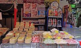 Stall med orientaliska sötsaker på den Carmel marknaden i Tel Aviv, Israel royaltyfri fotografi