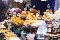 Stalla affumicata del mercato di Natale del formaggio Fotografie Stock Libere da Diritti