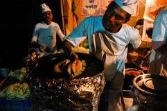 Stalla all'aperto degli alimenti a rapida preparazione in India Fotografia Stock