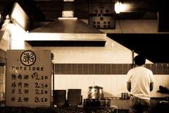 Stalla cinese che vende porridge nel mercato locale dell'alimento fotografia stock