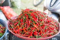 stalla dei peperoncini rossi al mercato Fotografia Stock Libera da Diritti
