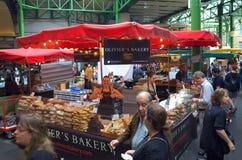 Stalla del forno nel mercato della città Fotografie Stock Libere da Diritti