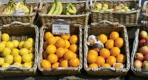 Stalla del mercato che vende frutta Fotografia Stock