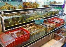 Stalla del mercato con frutti di mare in Hong Kong Immagini Stock Libere da Diritti
