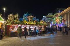 Stalla del mercato con i pan di zenzero ed i dolci di Natale a Stuttgart, Germania immagine stock