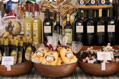 Stalla del mercato con le squisitezze a Verona immagini stock libere da diritti