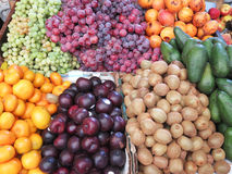 Stalla del mercato con varietà di frutti organici Fotografia Stock