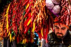 Stalla del mercato dei peperoncini rossi con un dipendente del boqueria fotografie stock libere da diritti