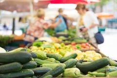 Stalla del mercato dell'alimento degli agricoltori con varietà di verdura organica Fotografia Stock