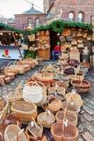 Stalla del mercato di Natale con i canestri della paglia da vendere a Riga Fotografia Stock