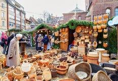 Stalla del mercato di Natale con i canestri di vimini da vendere a Riga Fotografia Stock