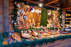 Stalla del mercato di Natale con la varietà enorme di ricordi in impianto di perforazione Fotografie Stock Libere da Diritti