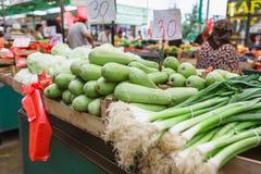 Stalla del porro - verdure sul mercato serbo dell'agricoltore di Zeleni Venac a Belgrado Fotografia Stock Libera da Diritti