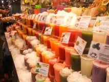 Stalla del succo di frutta alla La Boqueria del mercato a Barcellona, Spagna immagini stock libere da diritti