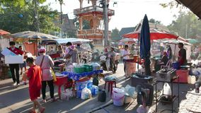 Stalla deliziosa dell'alimento e gente vagante nel mercato di strada variopinto di fine settimana a Nong Khai, stock footage