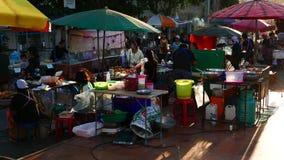 Stalla deliziosa dell'alimento e gente vagante nel mercato di strada variopinto di fine settimana a Nong Khai, video d archivio