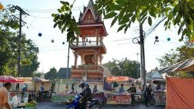Stalla deliziosa dell'alimento e gente vagante nel mercato di strada variopinto di fine settimana a Nong Khai, archivi video