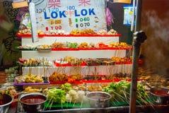 Stalla dell'alimento con i vari spuntini al mercato di notte Fotografie Stock