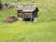 Stalla della capra sul fianco di una montagna Immagini Stock