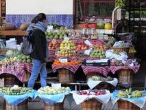 Stalla della frutta nel mercato degli agricoltori a Funchal immagine stock