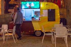 Stalla della pista dell'alimento della via festiva nel nigth immagine stock libera da diritti