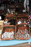 Stalla della salsiccia in un mercato Immagine Stock Libera da Diritti