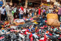 Stalla della scarpa del mercato di domenica, strada di Luwum, Kampala, Uganda immagini stock