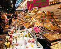 Stalla dello spuntino ai mercati Barcellona di Rambla della La fotografia stock libera da diritti