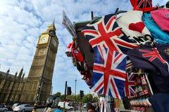 Stalla di via di Londra che vende i ricordi turistici Immagine Stock