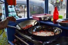 Stalla indiana dell'alimento della via con le pentole del pakora fritto Fotografia Stock