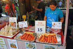 Stalla tailandese dell'alimento, mercato di fine settimana, Phuket Immagini Stock