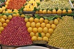 Stalla tradizionale in pieno delle olive e dei limoni Fotografie Stock