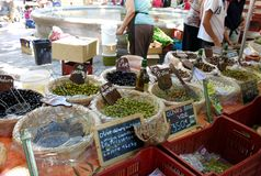 Stalla verde oliva francese del mercato Immagine Stock