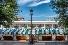 Stalla vuoto sul mercato centrale di Transferrina in Slovenia fotografia stock libera da diritti