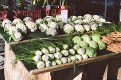 Stalle à un marché d'agriculteurs vendant des carottes de chou de fenouil de chou-fleur sur Sunny Day photographie stock libre de droits