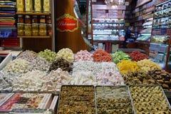 Stalle che vendono le delizie turche nel bazar della spezia Fotografie Stock Libere da Diritti