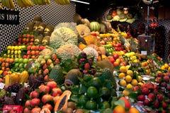 Stalle colorée de marché de fruit dans Boqueria à Barcelone Stalle d'avocat, de pêche, de mangue, de pomme et d'autres fruits exo images libres de droits