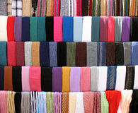 Stalle colorée de tissus chez vieux Souk Photographie stock