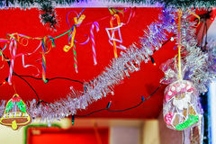 Stalle décorée et petits pains d'épice au marché de Noël de Riga Photographie stock