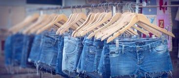 Stalle découpée par femelle du marché de jeans image stock