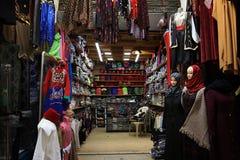 Stalle d'habillement dans vieux Souk, Triploi, Liban Images stock