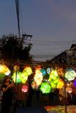 Stalle de bazar de nuit de la Thaïlande vendant des lanternes Image libre de droits
