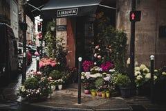 Stalle de fleur de trottoir sur la rue de ville Image libre de droits