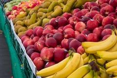 Stalle de marché de fruit - les fruits mélangés au marché de nourriture se tiennent Photographie stock