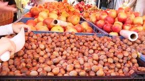 Stalle de marché de la nourriture des agriculteurs avec la variété de fruit organique banque de vidéos
