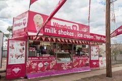 Stalle de marchand ambulant de Wendys vendant les boissons, les milkshakes et les smoothies froids à un défilé photos stock