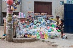 Stalle de rue avec des jouets et des appareils ménagers Images stock