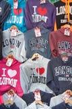 Stalle de rue vendant des souvenirs de T-shirt de 'Londres' Image stock