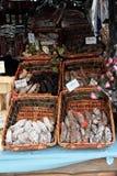 Stalle de saucisse sur un marché Image libre de droits