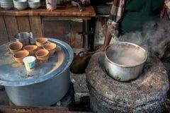 Stalle de thé de bord de la route préparant le thé de matin pour des banlieusards Photo stock